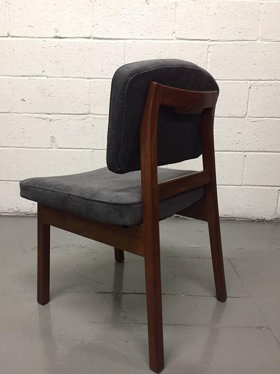 Set of Four Walnut Jens Risom Chairs In Good Condition For Sale In New York, NY