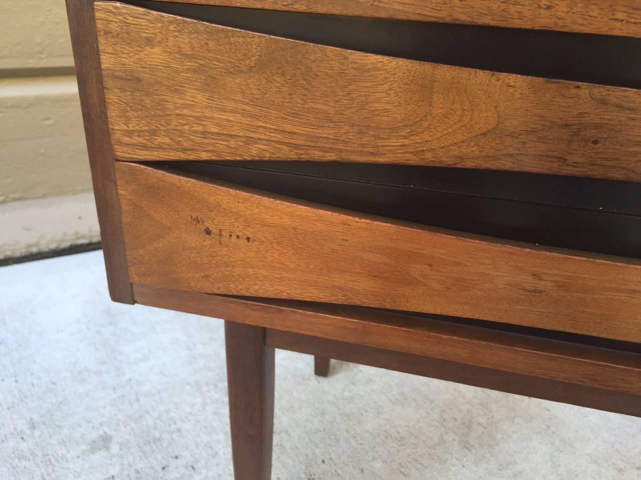 pair of mid century modern nightstands at 1stdibs