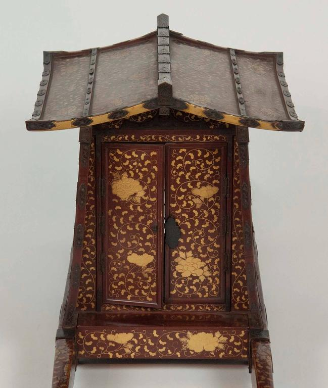 Japanese Edo-Meiji Period Lacquered Palanquin For Sale 1