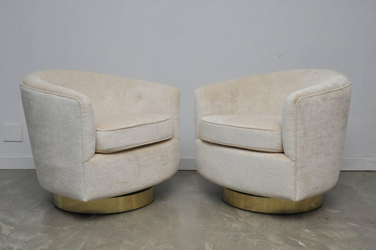 Mid-20th Century Pair of Milo Baughman Swivel Chairs on Brass Bases For Sale