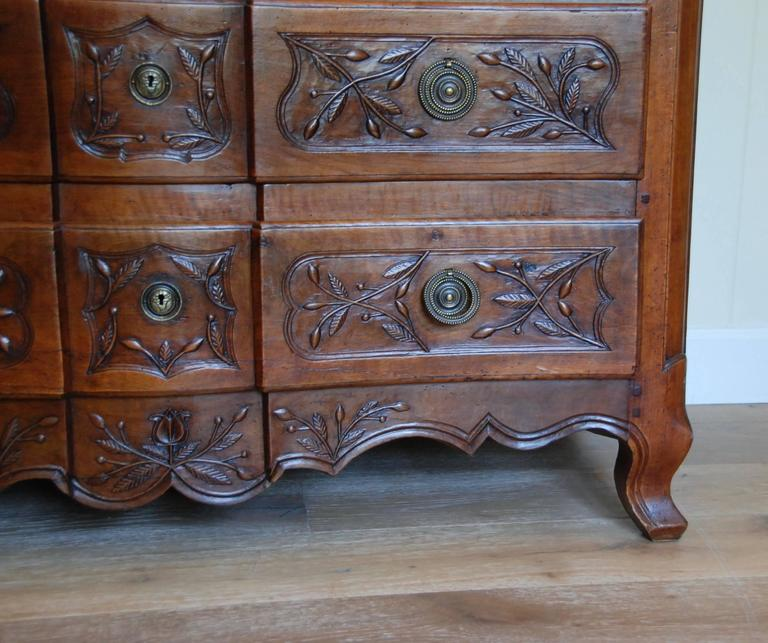 Early 19th Century Walnut French Commode For Sale 1