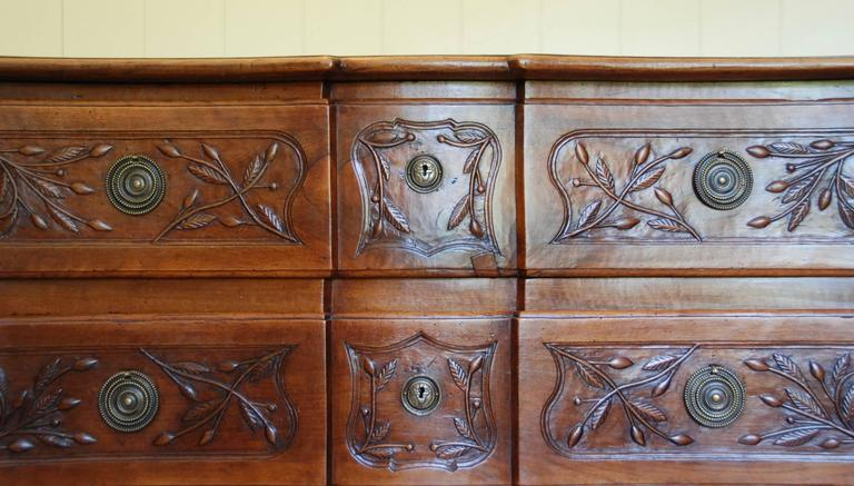 Early 19th Century Walnut French Commode For Sale 3