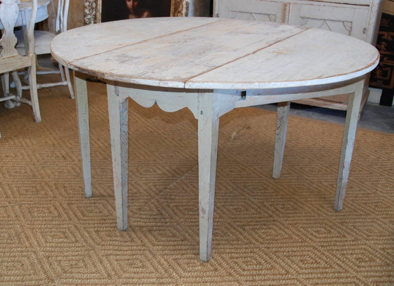 Early 19th Century, Swedish, Drop-Leaf Farm Table In Excellent Condition For Sale In Encinitas, CA