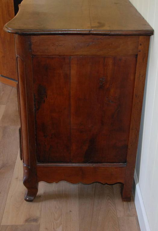 Early 19th Century Walnut French Commode For Sale 4