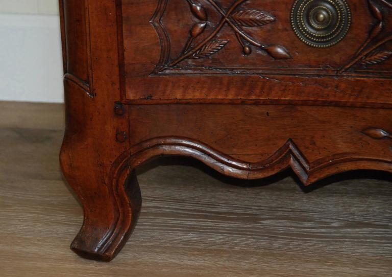 Early 19th Century Walnut French Commode For Sale 6