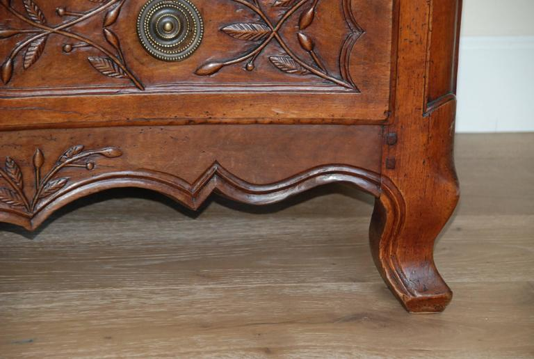 Early 19th Century Walnut French Commode For Sale 7
