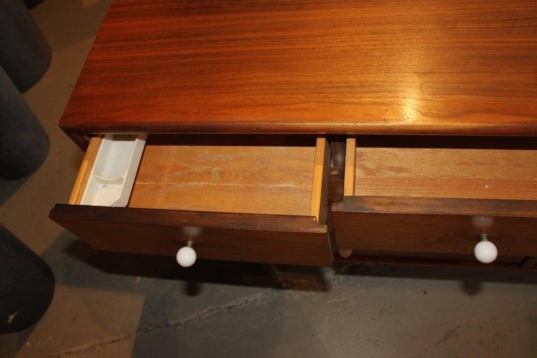 Kipp Stewart Walnut Eight-Drawer Dresser In Good Condition For Sale In Hudson, NY