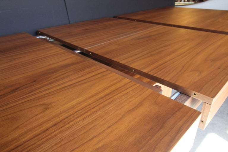 Italian Contemporary Walnut Extendable Dining Table In Excellent Condition For Sale In Charleston, SC