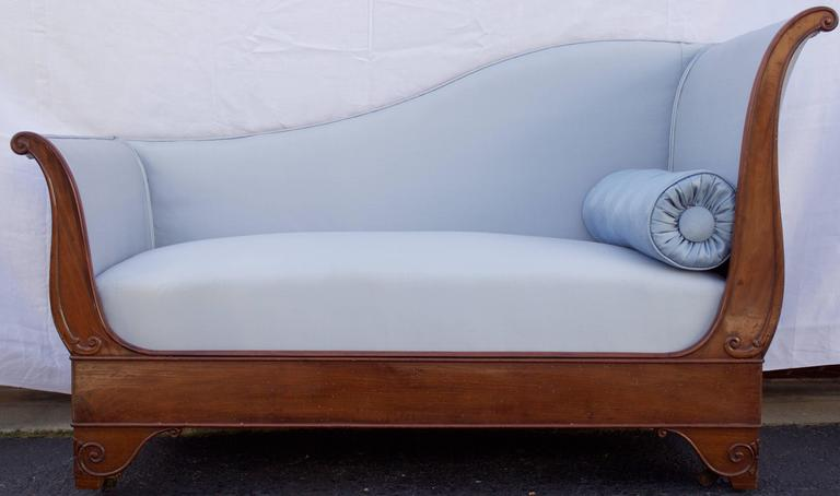 Elegant antique daybed (called Meridienne in French) from Empire period with a mahogany frame. Offers three backrests and two bedheads cambered toward the outside and four short feet in console shape with moldings and their original casters.