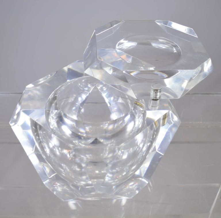Heavy Lucite Ice Bucket with Swivel Top, circa 1970s In Good Condition For Sale In Stamford, CT