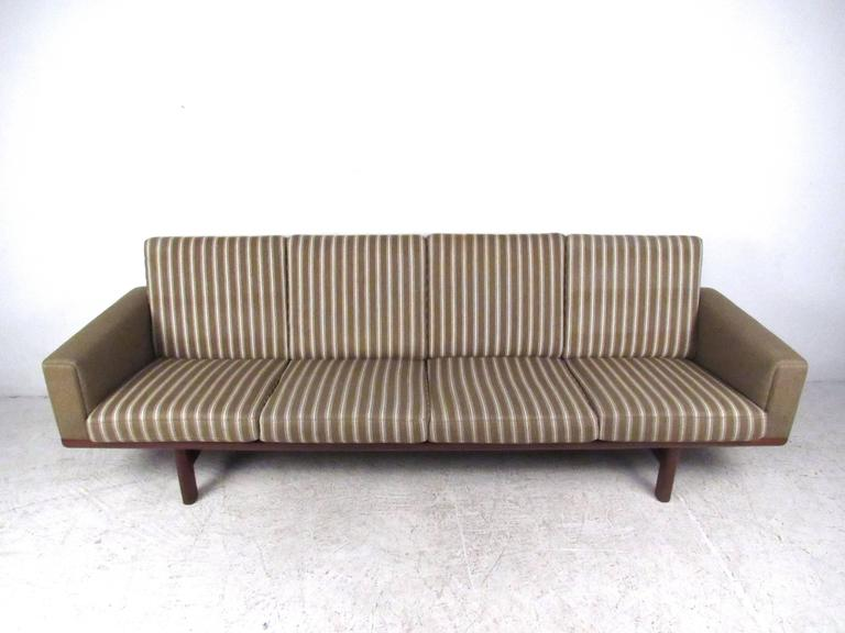 Hans Wegner for GETAMA Sofa 236/4 In Good Condition For Sale In Brooklyn, NY