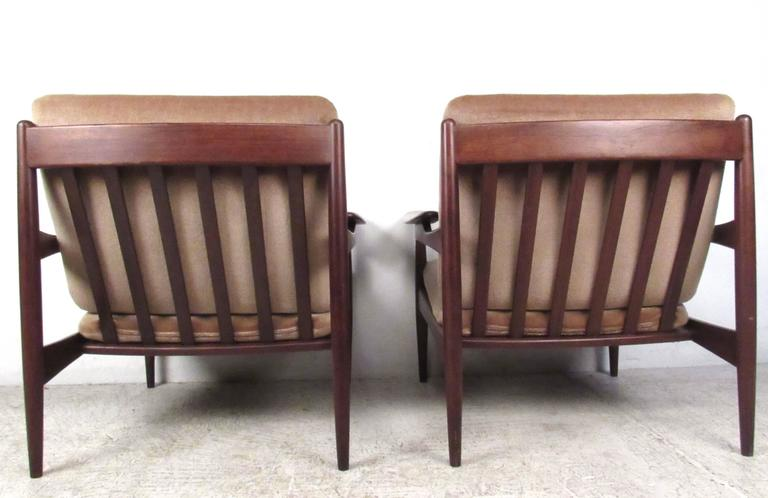 Pair of Mid-Century Danish Teak Lounge Chairs in the Style of Ib Kofod-Larsen In Good Condition For Sale In Brooklyn, NY