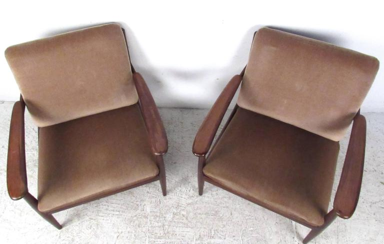 Pair of Mid-Century Danish Teak Lounge Chairs in the Style of Ib Kofod-Larsen For Sale 2