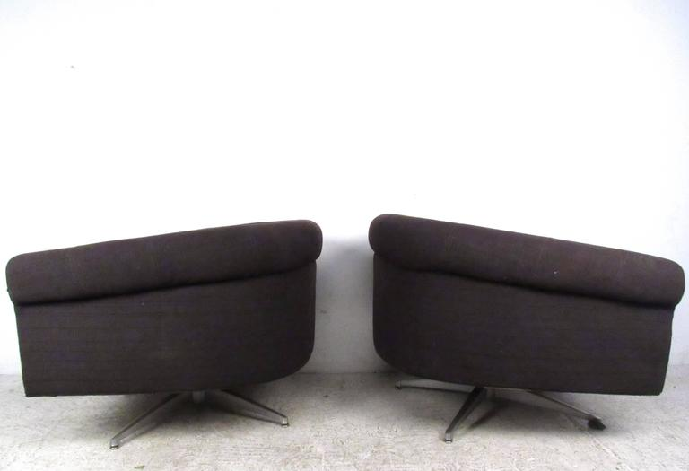 Mid-Century Modern Pair of Mid-Century Style Swivel Lounge Chairs by Selig For Sale
