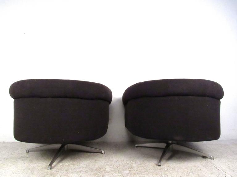 Pair of Mid-Century Style Swivel Lounge Chairs by Selig In Good Condition For Sale In Brooklyn, NY
