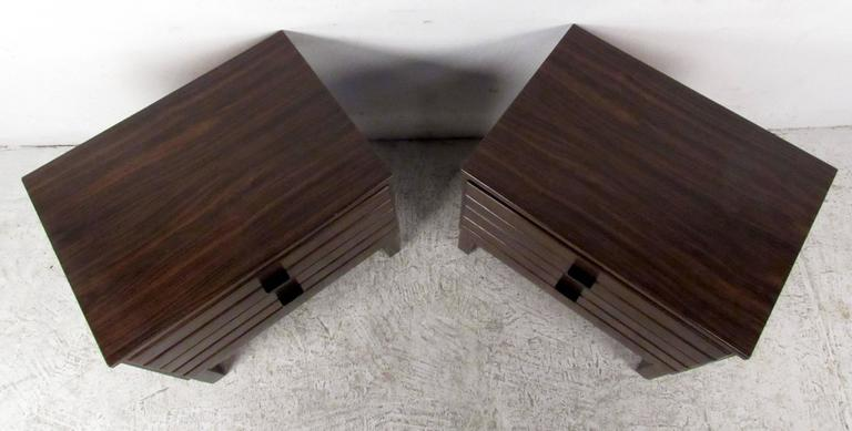 Pair of Rosewood American of Martinsville Nightstands In Good Condition For Sale In Brooklyn, NY