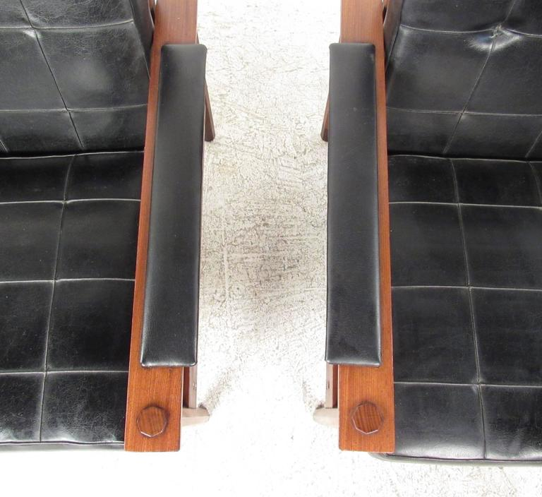 Pair of Stylish Mid-Century Modern Lounge Chairs In Good Condition For Sale In Brooklyn, NY