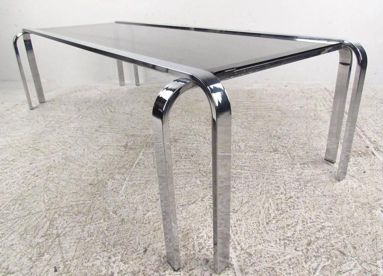 Stylish Mid-Century Modern Chrome and Glass Cocktail Table In Good Condition For Sale In Brooklyn, NY