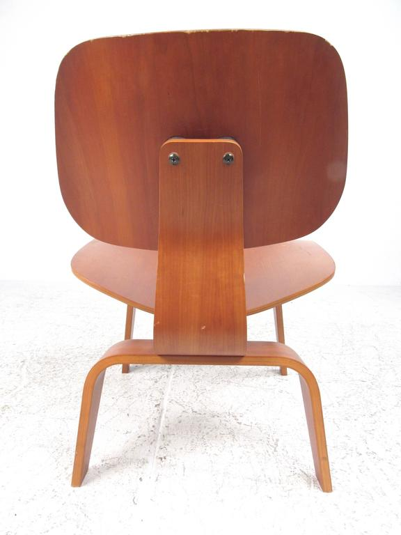 Charles Eames Plywood DCW Side Chair for Herman Miller In Good Condition For Sale In Brooklyn, NY