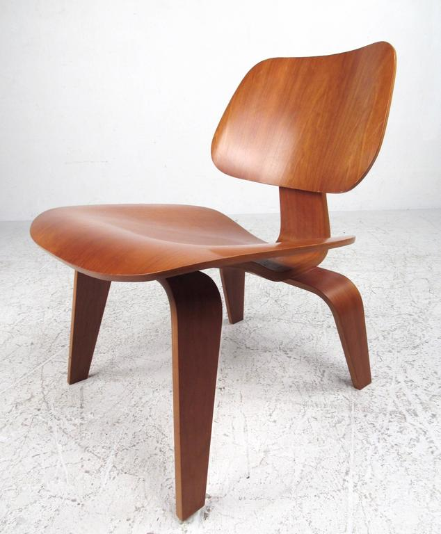 This unique sculpted side chair features bentwood construction in the memorable design of Charles Eames for Herman Miller. Incredible comfort with flowing Mid-Century Modern lines, this contemporary issuing of the DCW chair is in good condition and