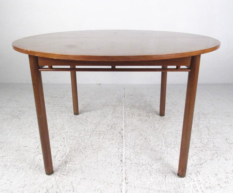 Elegant Italian Modern Dining Set In Good Condition For Sale In Brooklyn, NY