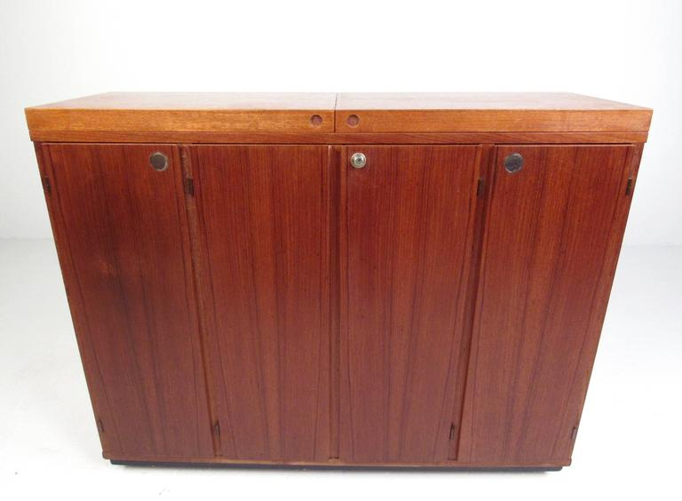 Mid-Century Modern Danish Teak Expandable Bar Cabinet In Good Condition For Sale In Brooklyn, NY