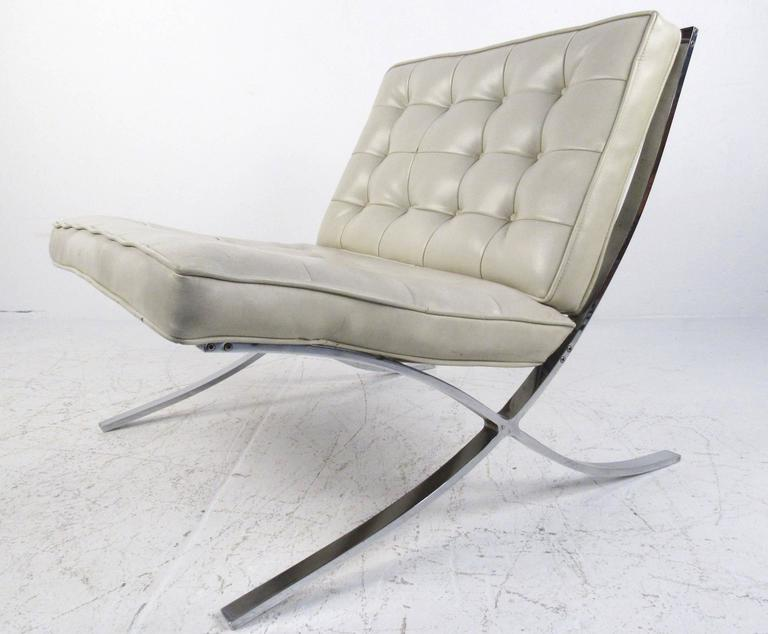 Late 20th Century Pair of Mid-Century Modern Barcelona Style Lounge Chairs For Sale