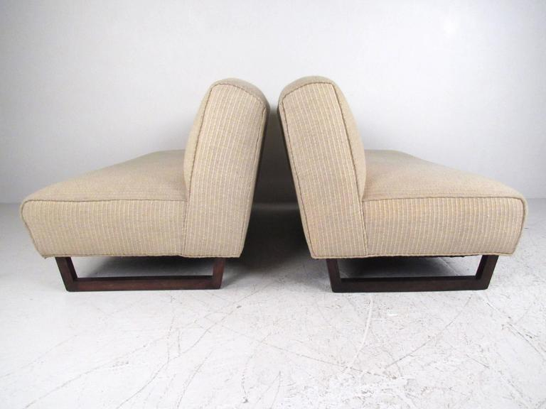 Pair of Mid-Century Modern Sled Leg Slipper Sofas In Good Condition For Sale In Brooklyn, NY