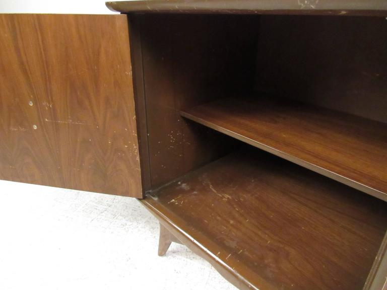Pair of Vintage Walnut Nightstands In Good Condition For Sale In Brooklyn, NY