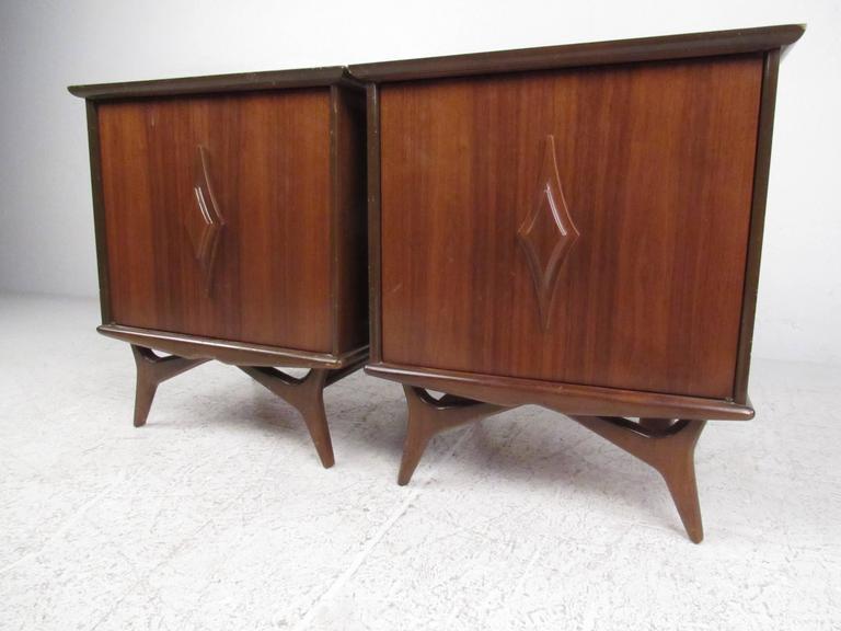 Mid-Century Modern Pair of Vintage Walnut Nightstands For Sale