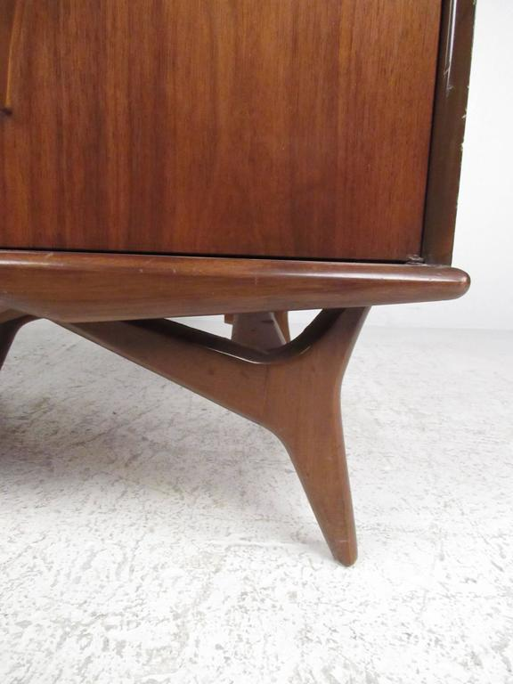 Mid-20th Century Pair of Vintage Walnut Nightstands For Sale