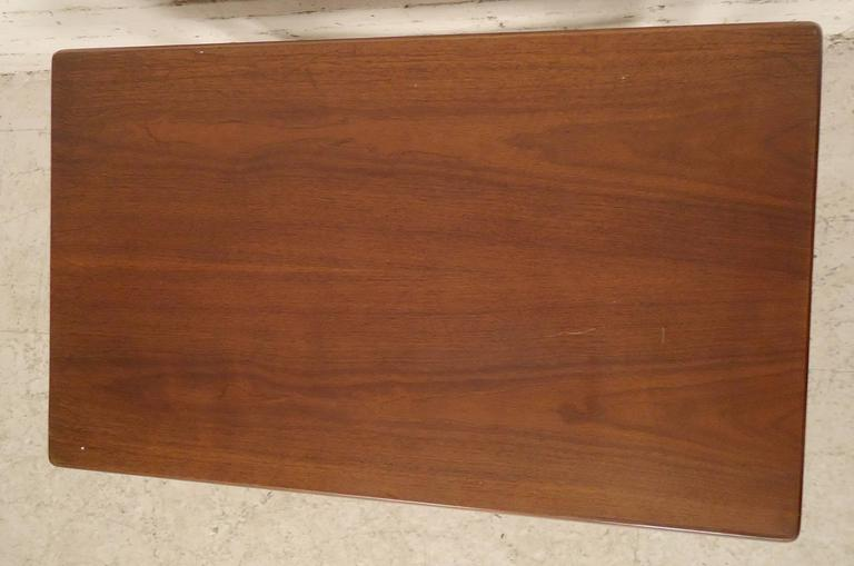 Mid-Century Modern Walnut Side Table In Good Condition For Sale In Brooklyn, NY