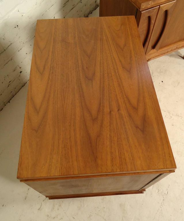 Pair of Mid-Century Modern Nightstands by American of Martinsville For Sale 1