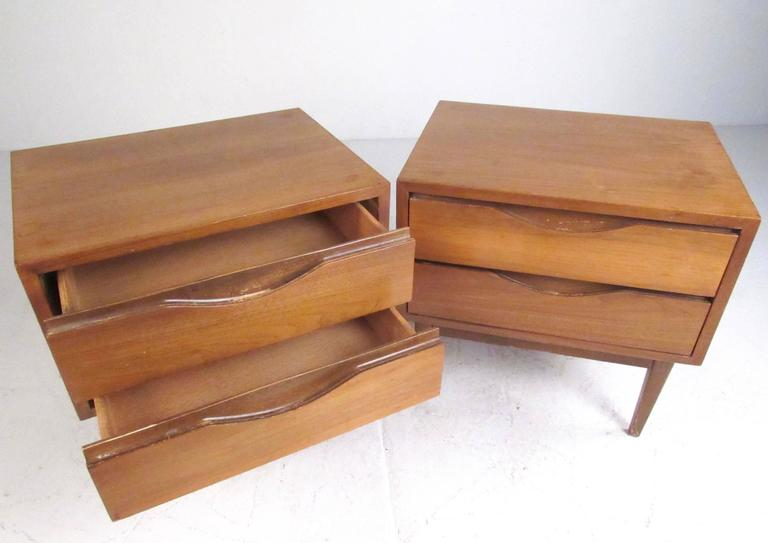 Pair of Mid-Century Nightstands by American of Martinsville In Good Condition For Sale In Brooklyn, NY
