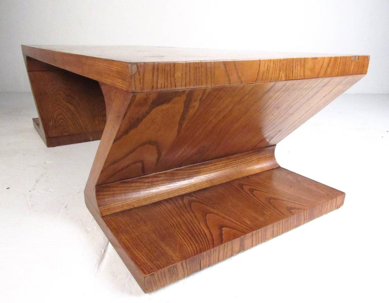 Stylish Vintage Sculptural Coffee Table by Lane In Good Condition For Sale In Brooklyn, NY
