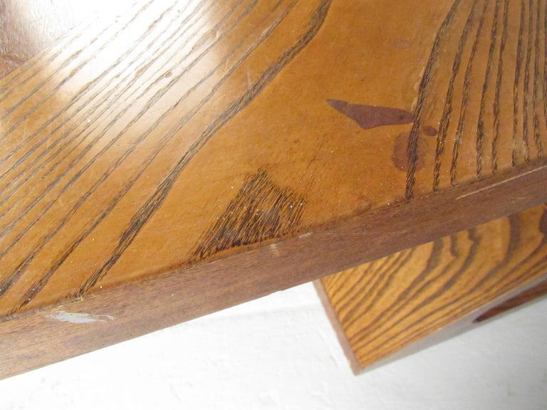 Stylish Vintage Sculptural Coffee Table by Lane For Sale 1