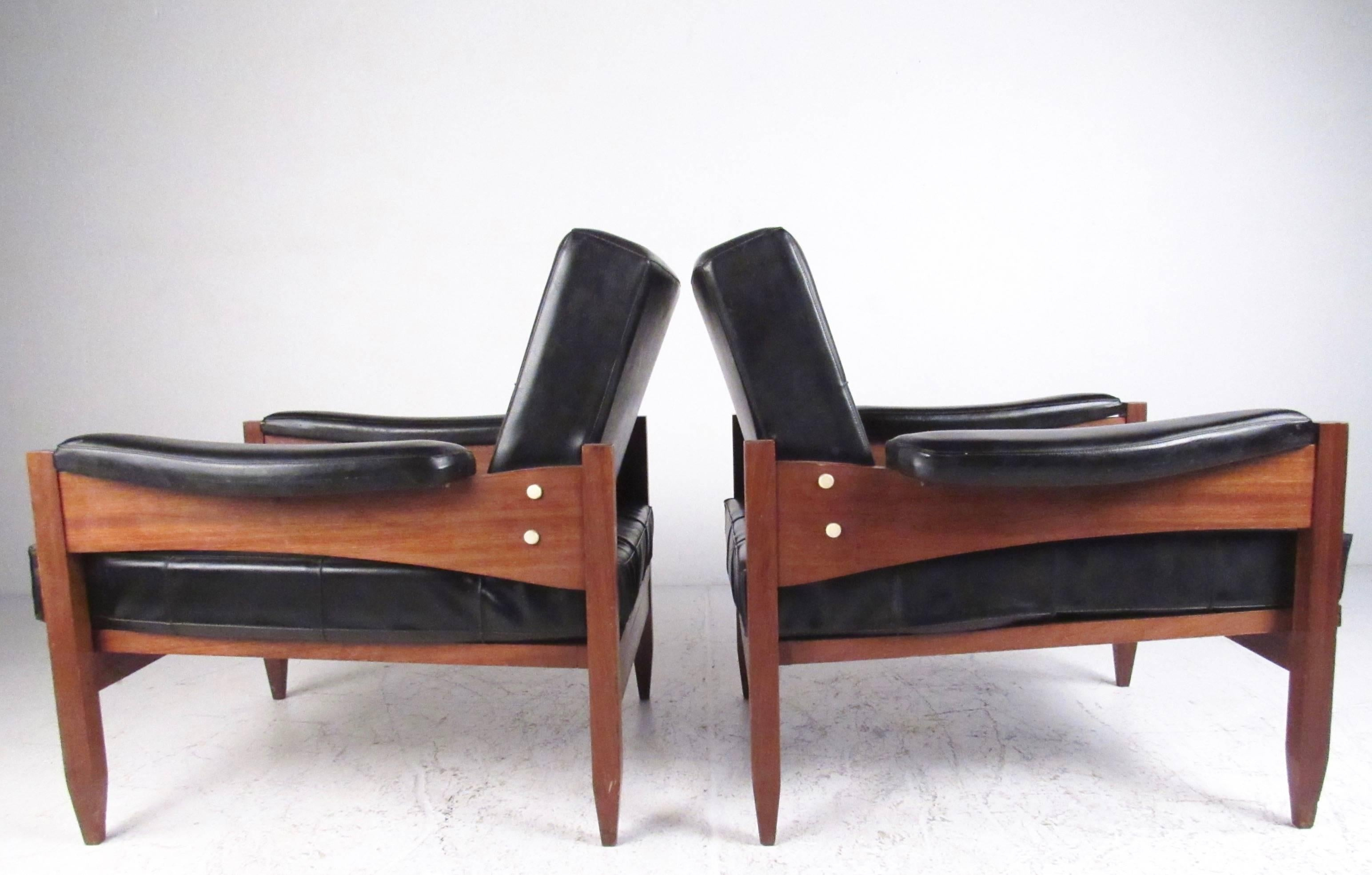 Mid Century Modern Pair Of Scandinavian Modern Teak And Vinyl Lounge Chairs  For Sale