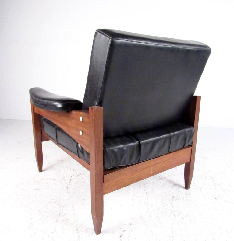 Pair of Scandinavian Modern Teak and Vinyl Lounge Chairs In Good Condition For Sale In Brooklyn, NY