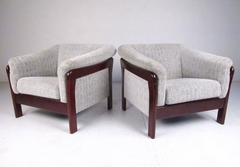 Pair of Contemporary Modern Lounge Chairs In Good Condition For Sale In Brooklyn, NY