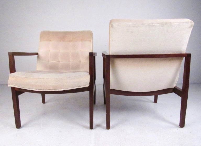 Stylish Pair of Midcentury Knoll Style Lounge Chairs In Good Condition For Sale In Brooklyn, NY