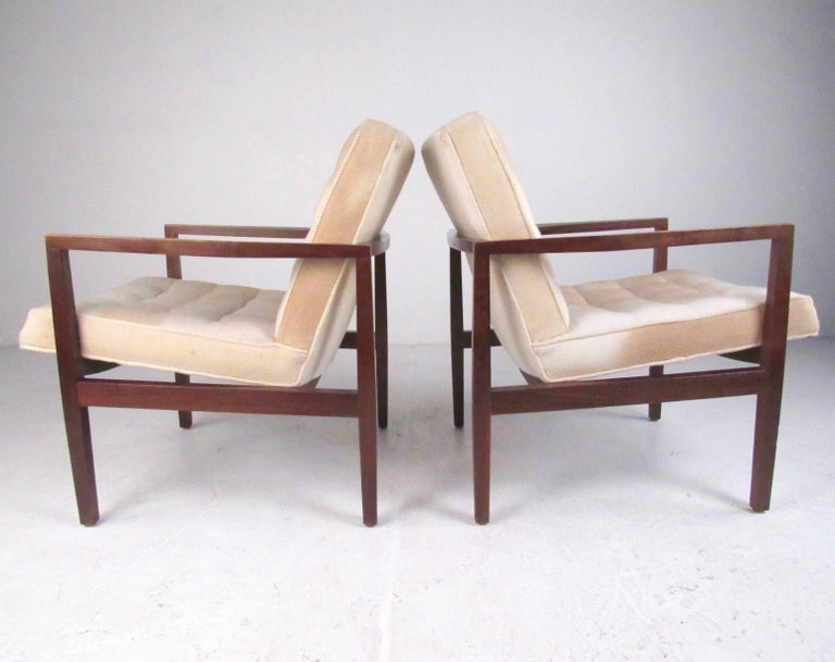 Mid-20th Century Stylish Pair of Midcentury Knoll Style Lounge Chairs For Sale