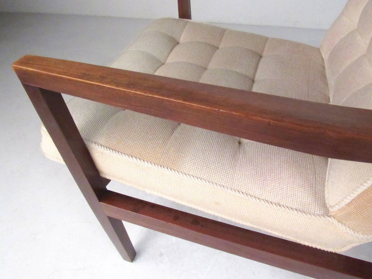 Upholstery Stylish Pair of Midcentury Knoll Style Lounge Chairs For Sale