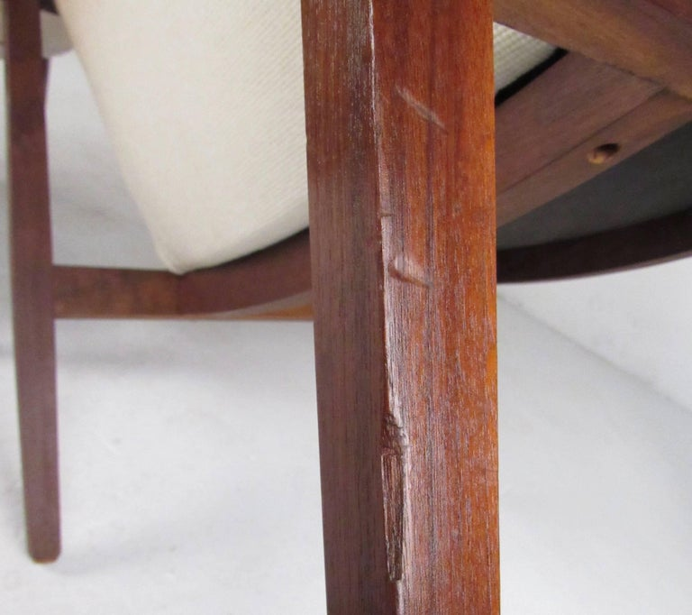 Stylish Pair of Midcentury Knoll Style Lounge Chairs For Sale 4