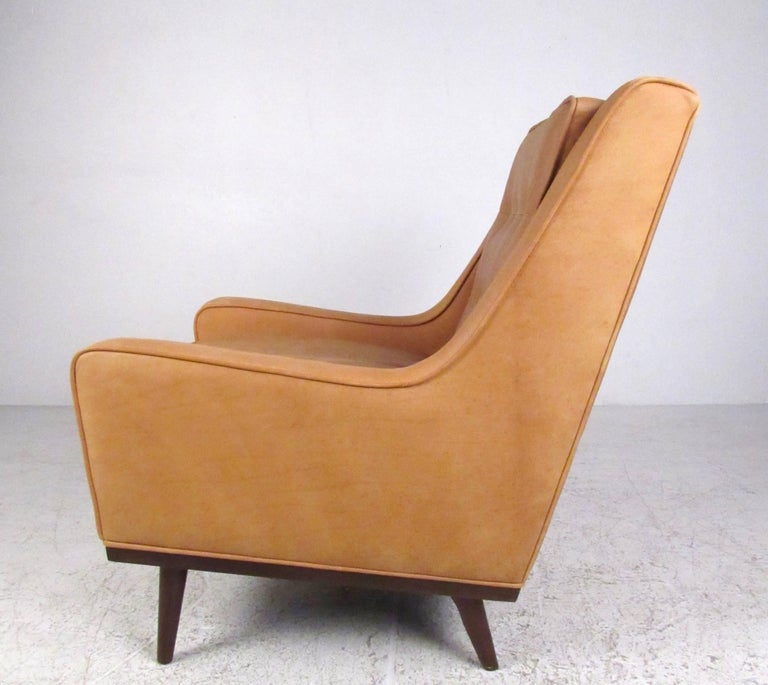 Pair of Stylish Modern Tufted Leather Lounge Chairs In Good Condition For Sale In Brooklyn, NY