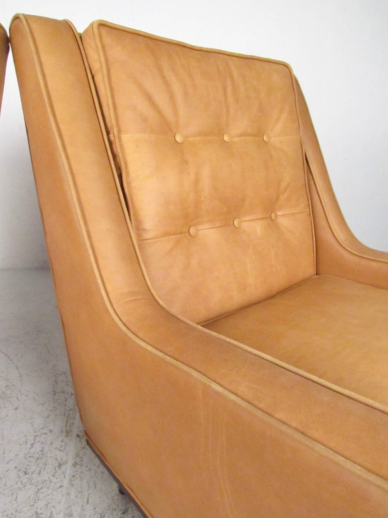 20th Century Pair of Stylish Modern Tufted Leather Lounge Chairs For Sale