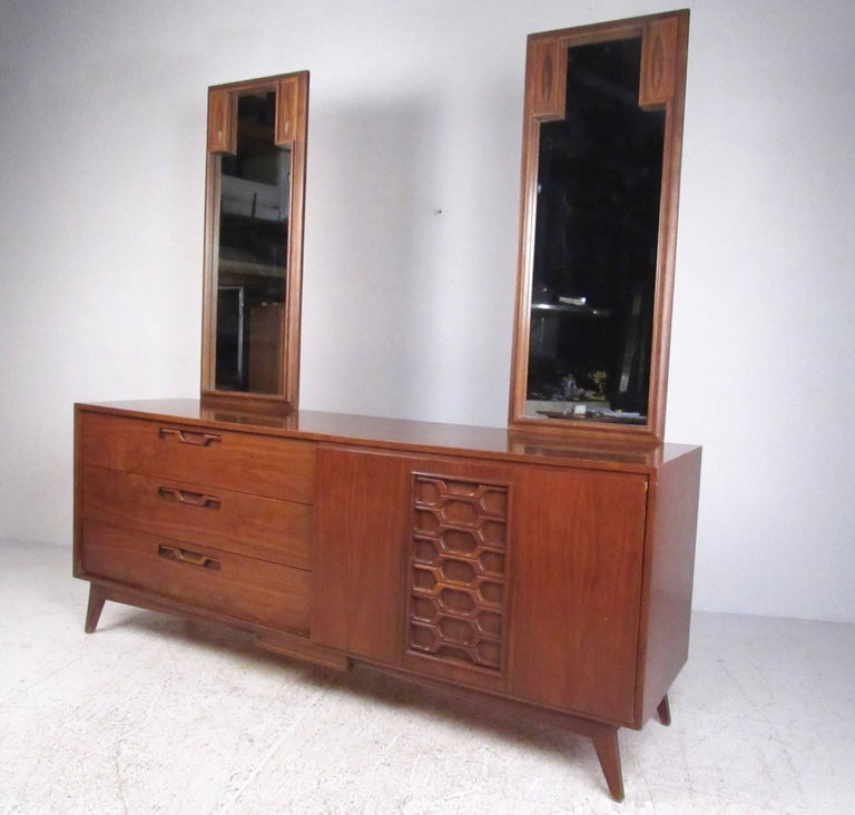 Mid-Century Modern Stylish Vintage Walnut Bedroom Suite with Sculpted Front Detail For Sale