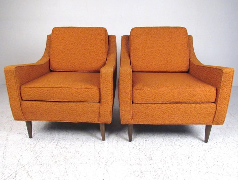 This stylish pair of American mid-century modern lounge chairs feature vintage