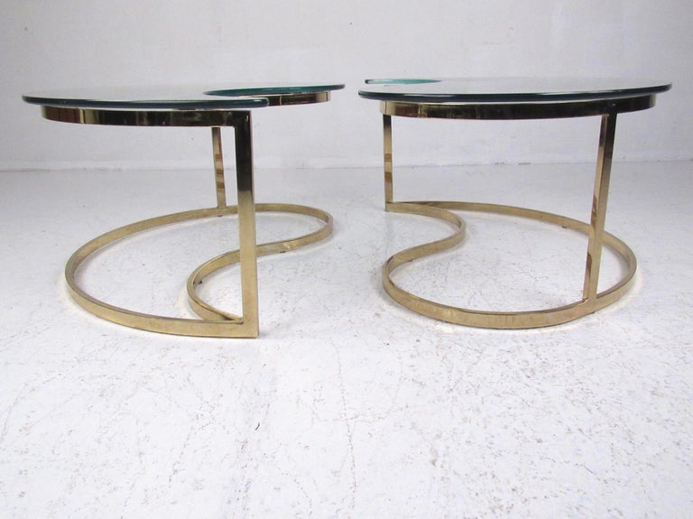 Pair of Modern Kidney Shaped End Tables In Good Condition For Sale In Brooklyn, NY