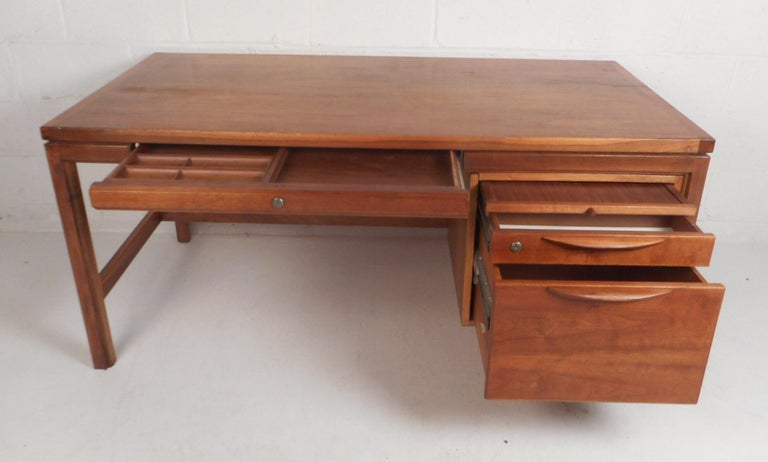 Jens Risom Executive Desk with a Finished Back In Good Condition For Sale In Brooklyn, NY