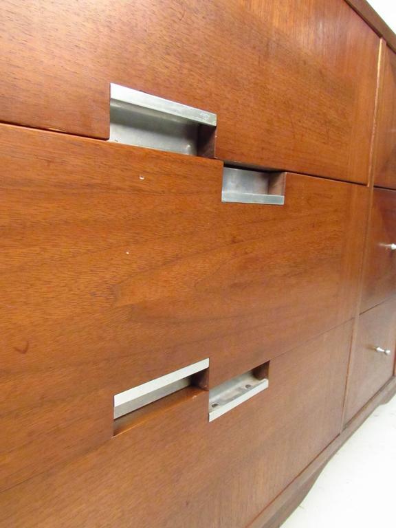 Mid-Century Modern Nine-Drawer Dresser by American of Martinsville For Sale 2